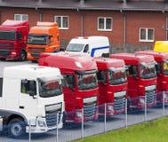 Fila dei camion dei semi alla gestione commerciale Fotografia Stock Libera da Diritti