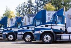 Fila dei camion parcheggiati - primo piano fotografia stock