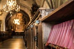Fila dei canzonieri in una vecchia chiesa Fotografie Stock