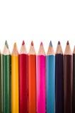 Fila dei colori della matita su un backgroiund bianco Fotografie Stock Libere da Diritti