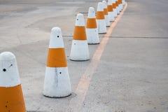 Fila dei coni di traffico del cemento a Phuket, Tailandia Fotografie Stock