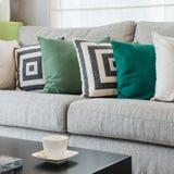 Fila dei cuscini sul sofà grigio moderno Immagine Stock