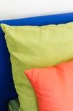 Fila dei cuscini variopinti sul letto Fotografia Stock Libera da Diritti