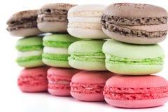 Fila dei dolci di gusto e di colore differenti su un fondo bianco fotografia stock libera da diritti