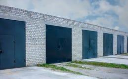 Fila dei garage neri fotografie stock