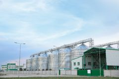 Fila dei granai moderni per la conservazione del cereale fotografia stock libera da diritti