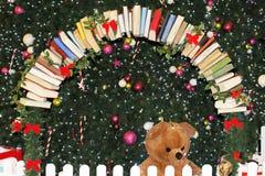 Fila dei libri come ornamento sull'albero di Natale fotografia stock
