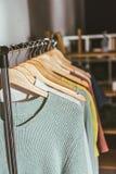 fila dei maglioni e delle camice colorati differenti Immagini Stock