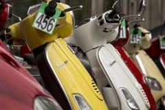 Fila dei motorini italiani per Fotografia Stock Libera da Diritti