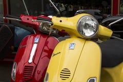 Fila dei motorini italiani per Fotografie Stock Libere da Diritti
