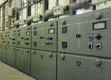 Fila dei pannelli di controllo d'acciaio elettrici fotografie stock