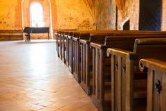 Fila dei posti vuoti in chiesa fotografie stock libere da diritti