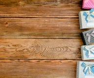 Fila dei presente lungo l'immagine laterale su legno Fotografia Stock Libera da Diritti
