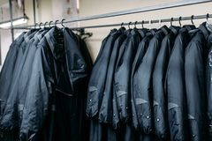 Fila dei rivestimenti sui ganci, negozio di vestiti, tessuto Fotografia Stock Libera da Diritti