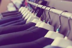 Fila dei rivestimenti sui ganci nel boutique degli uomini Fotografia Stock Libera da Diritti