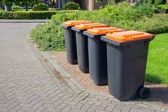 Fila dei secchi della spazzatura grigi olandesi lungo la via Fotografie Stock Libere da Diritti