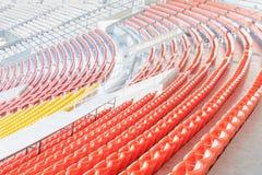 Fila dei sedili variopinti allo stadio di football americano Immagine Stock