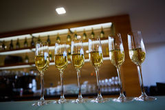 Fila dei vetri del champagne Fotografia Stock