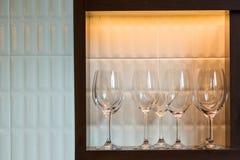 Fila dei vetri di vino sul contatore della barra Immagini Stock Libere da Diritti