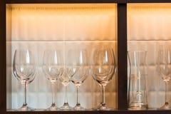 Fila dei vetri di vino sul contatore della barra Immagine Stock Libera da Diritti
