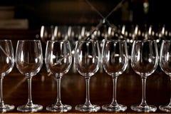 Fila dei vetri di vino vuoti Fotografie Stock Libere da Diritti