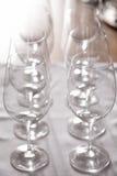 Fila dei vetri di vino vuoti Fotografie Stock