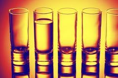 Fila dei vetri per vodka Immagini Stock Libere da Diritti