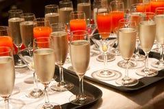 Fila dei vetri riempiti di champagne Immagini Stock Libere da Diritti