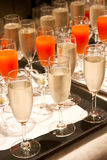 Fila dei vetri riempiti di champagne Immagine Stock Libera da Diritti
