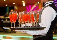 Fila dei vetri riempiti di champagne allineato Fotografie Stock