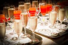 Fila dei vetri riempiti di champagne allineato Fotografia Stock
