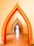 Fila del arco de oro en el templo budista, Tailandia fotografía de archivo