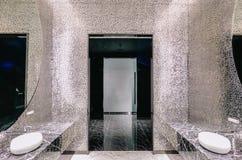 Fila del blanco moderno de cerámica con el lavabo de los espejos en retrete público o restaurante u hotel o centro comercial fotografía de archivo libre de regalías