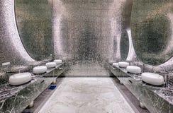 Fila del blanco moderno de cerámica con el lavabo de los espejos en el retrete público o restaurante u hotel o centro comercial,  fotos de archivo