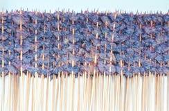 Fila del calamar secado en el pincho de madera en el mercado callejero en venta imagen de archivo