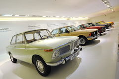 Fila del classico a BMW moderno 3 serie su esposizione nel museo di BMW Immagini Stock Libere da Diritti