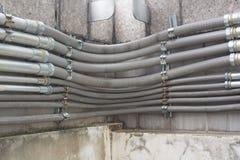 Fila del condotto del cavo installata sulla parete immagine stock libera da diritti