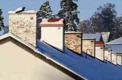 Fila del invierno de las chimeneas de la casa imágenes de archivo libres de regalías