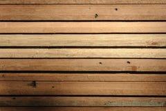 Fila del legno del tek in magazzino immagini stock
