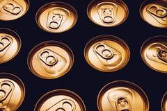 Fila del oro del negro del fondo de las latas de cerveza del metal imagen de archivo libre de regalías