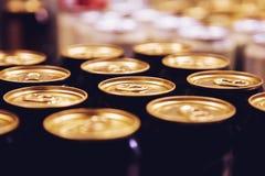 Fila del oro del negro del fondo de las latas de cerveza del metal imagenes de archivo