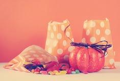 Fila del sacco di carta di Halloween di scherzetto o dolcetto arancio felice del pois Fotografia Stock