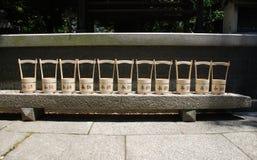 Fila del santuario dell'esterno dei secchi di acqua Fotografie Stock Libere da Diritti