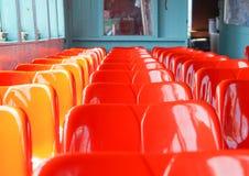 Fila del sedile di plastica rosso immagine stock