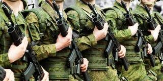 Fila del soldado del uniforme militar Imágenes de archivo libres de regalías