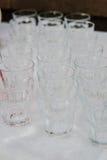 Fila del vidrio en evento del abastecimiento en la tabla Imagen de archivo