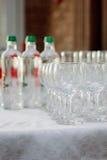 Fila del vidrio en evento del abastecimiento en la tabla Fotografía de archivo
