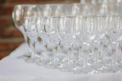 Fila del vidrio en evento del abastecimiento en la tabla Foto de archivo
