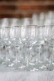 Fila del vidrio en evento del abastecimiento en la tabla Fotografía de archivo libre de regalías