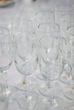 Fila del vidrio en evento del abastecimiento en la tabla Fotos de archivo libres de regalías